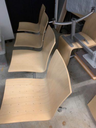 Wachtkamer stoelen gekoppeld met tafel